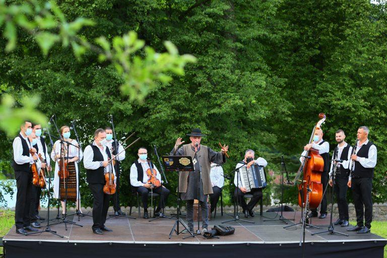 """Muzică tradițională, la Muzeul """"Octavian Goga"""" din Ciucea"""